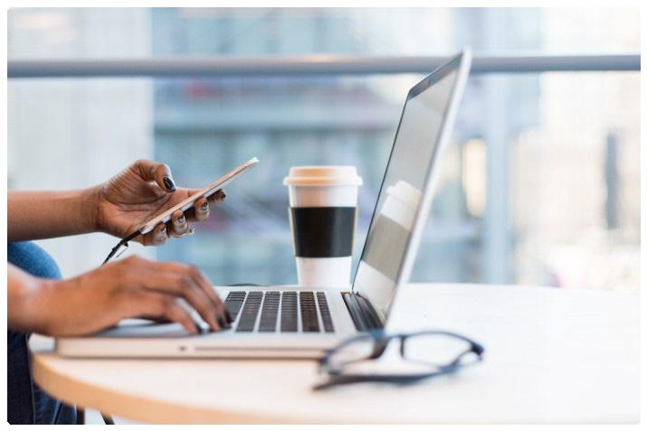 Warum-Pressearbeit: Frau am Laptop mit Handy