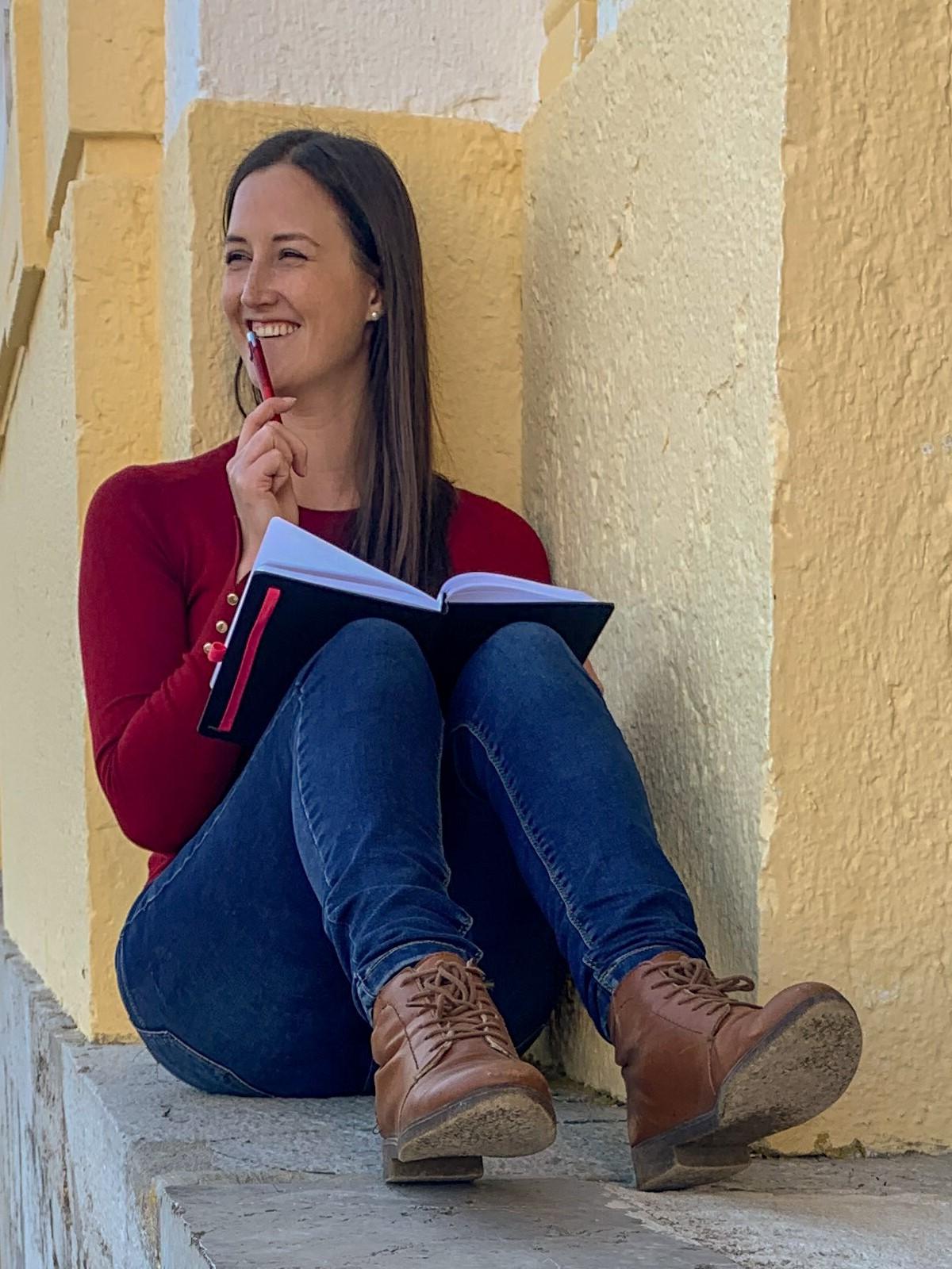 Caro Harsch mit einem Notizbuch