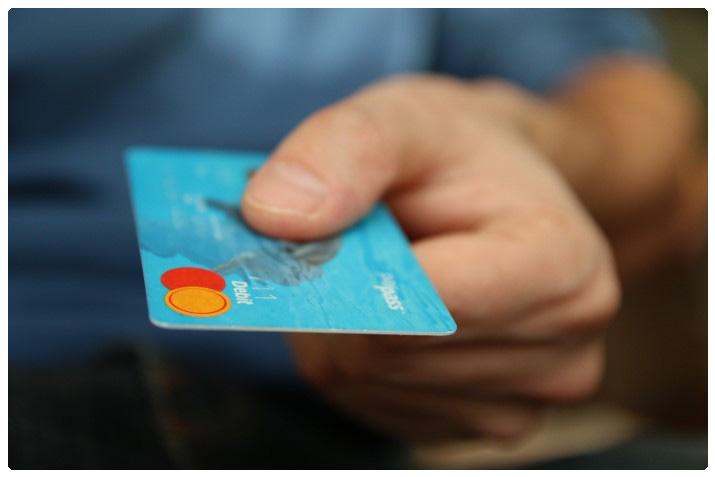 Eine Hand, die eine Kreditkarte hält
