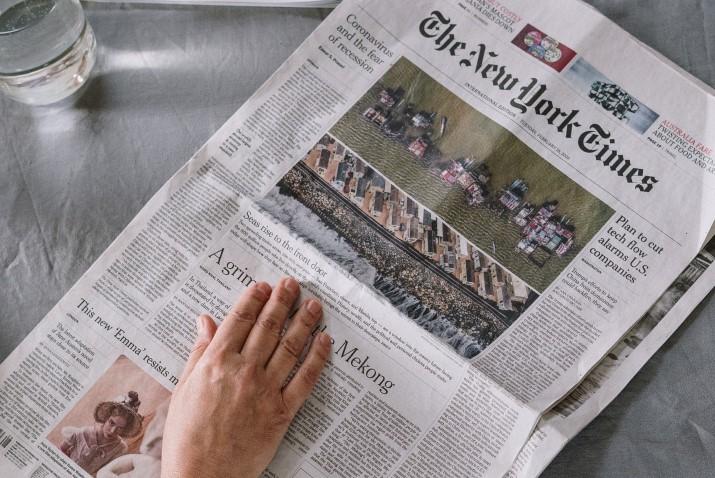 Eine Hand auf einer Zeitung