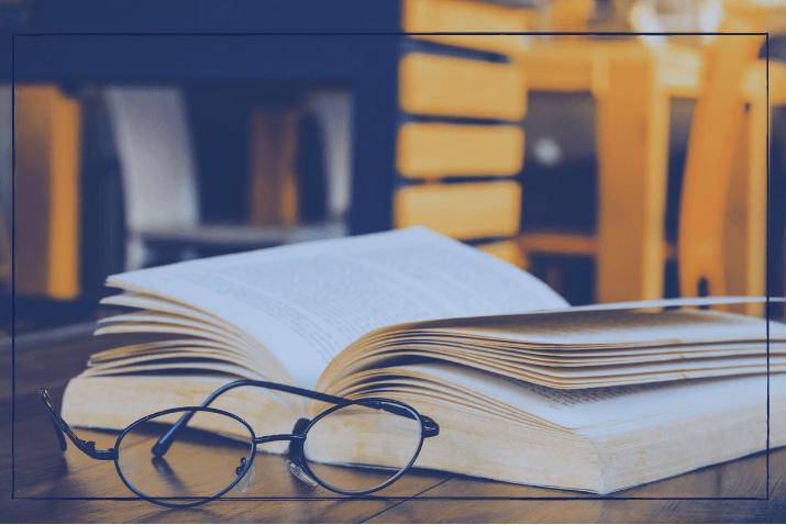 Abbinder Pressemitteilung Buch und Lesebrille