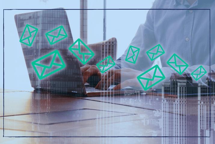 Was ist eine Pressemitteilunng: Laptop mit Email-Icons